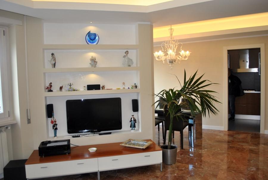 foto parete in cartongesso allestita per tv e con mensole