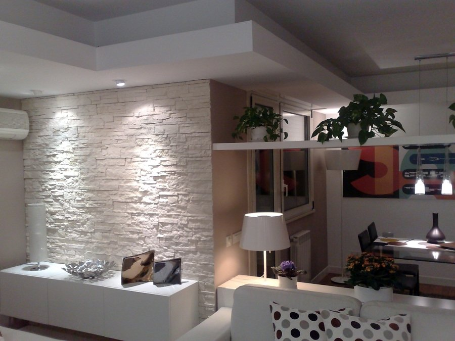 Foto parete in pietra e veletta d 39 arredo in cartongesso for Elementi divisori per interni