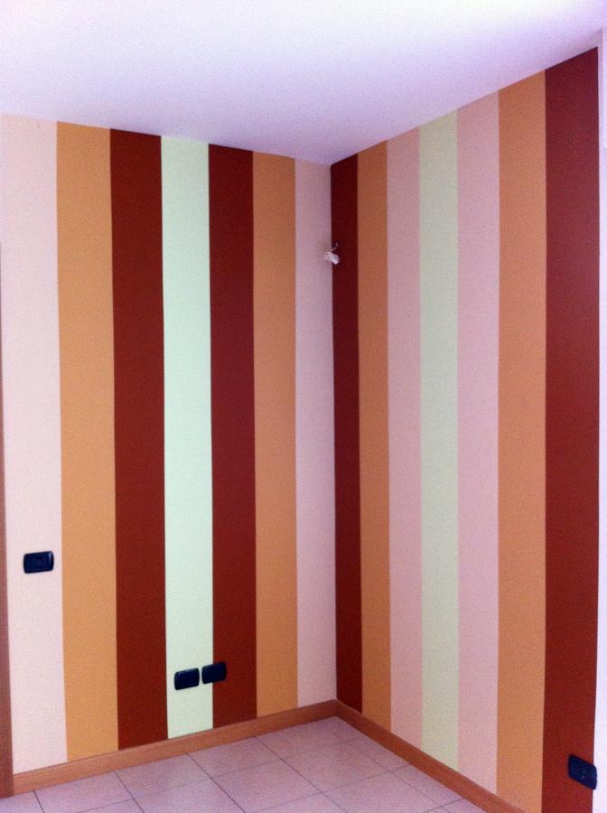 Foto: Parete Multicolore Strisce Verticali di A.s.g. Di Sole Antonio ...