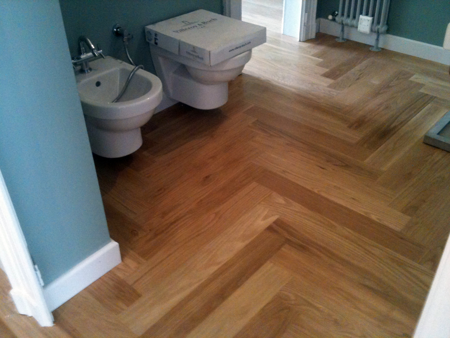 https://it.habcdn.com/photos/business/big/parquet-in-bagno-rovere_58947.jpg