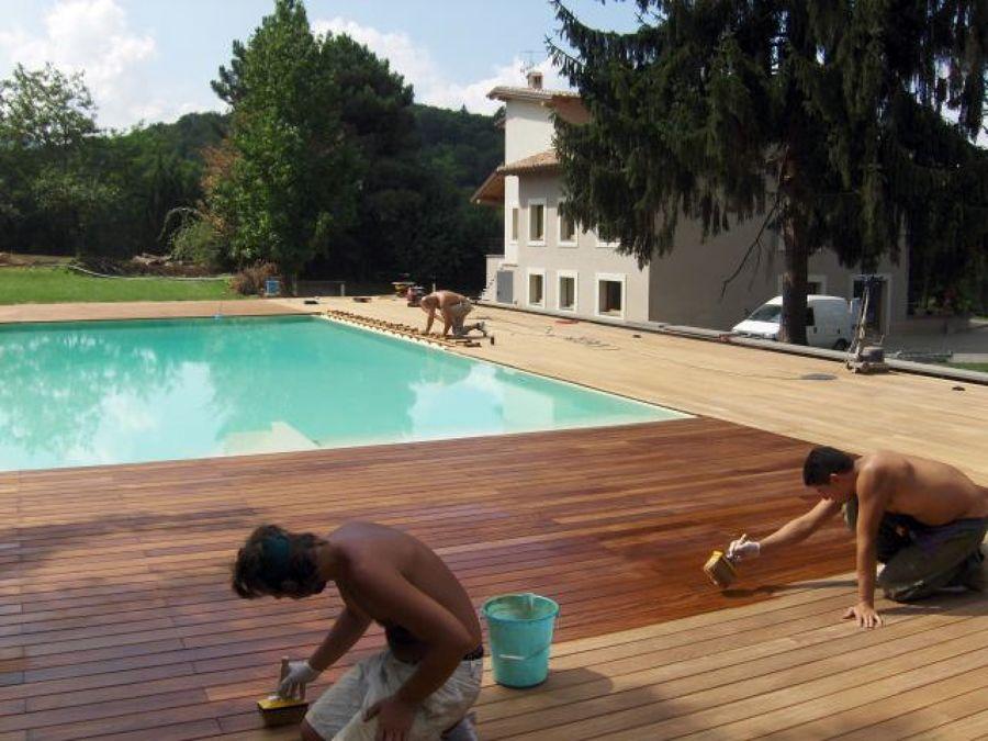Foto parquet piscina fase di impregnazione de di - Immagini di piscina ...