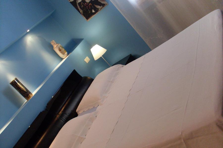 Foto particolare opera in cartongesso retro letto di - Camera da letto in cartongesso ...
