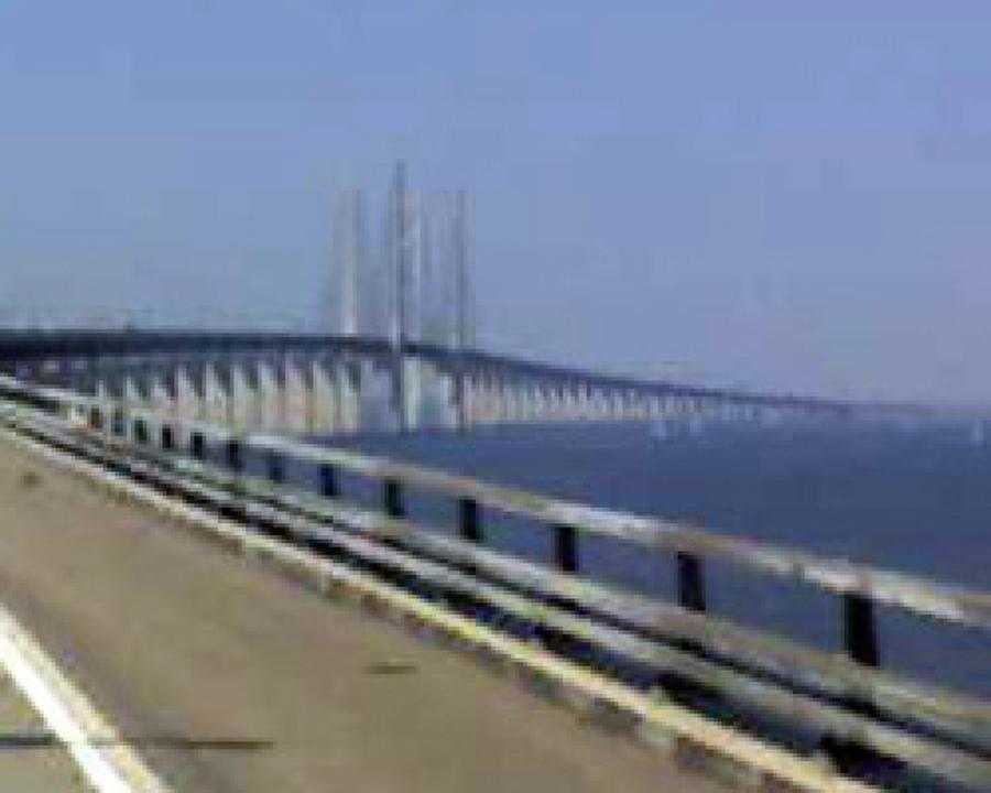 Passaggio sul ponte sul mare verso la Svezia