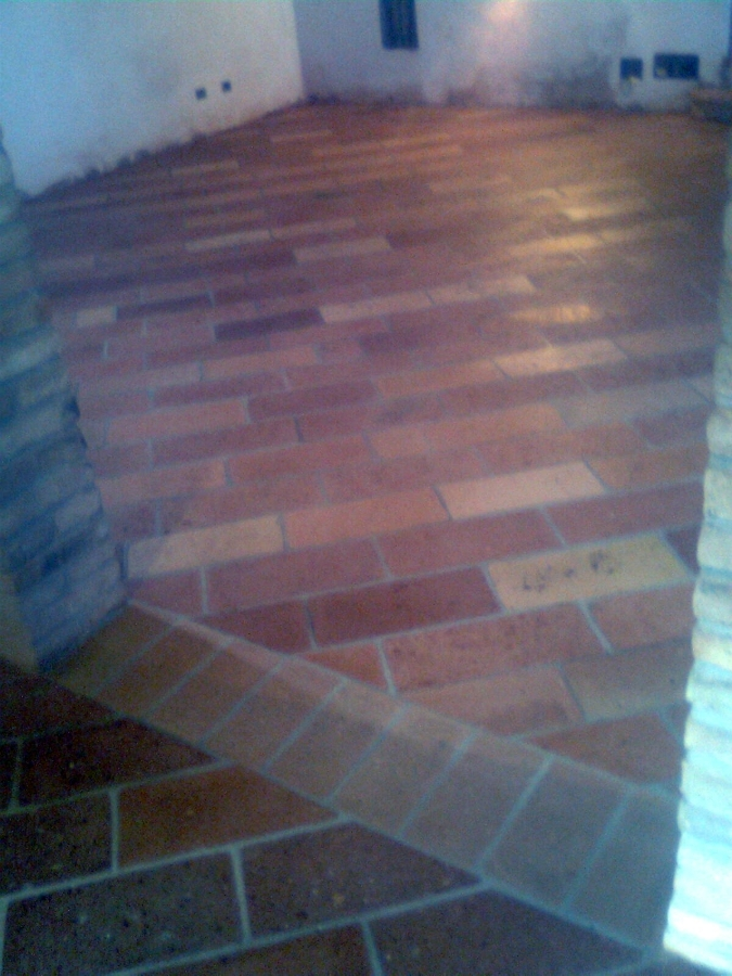 Pavimento di mattoni vecchi fatti a mano.