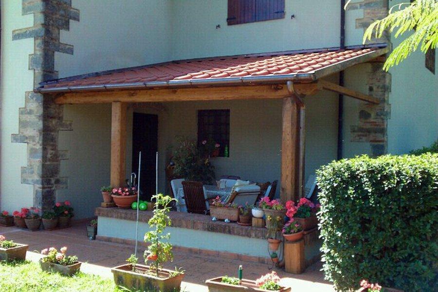 Foto pergolato addossato e copertura tradizionale con for Casa con avvolgente portico in vendita