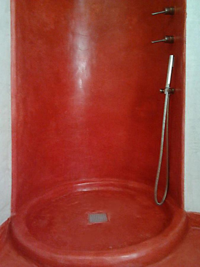 piatto-doccia con rivestimento in tadelakt