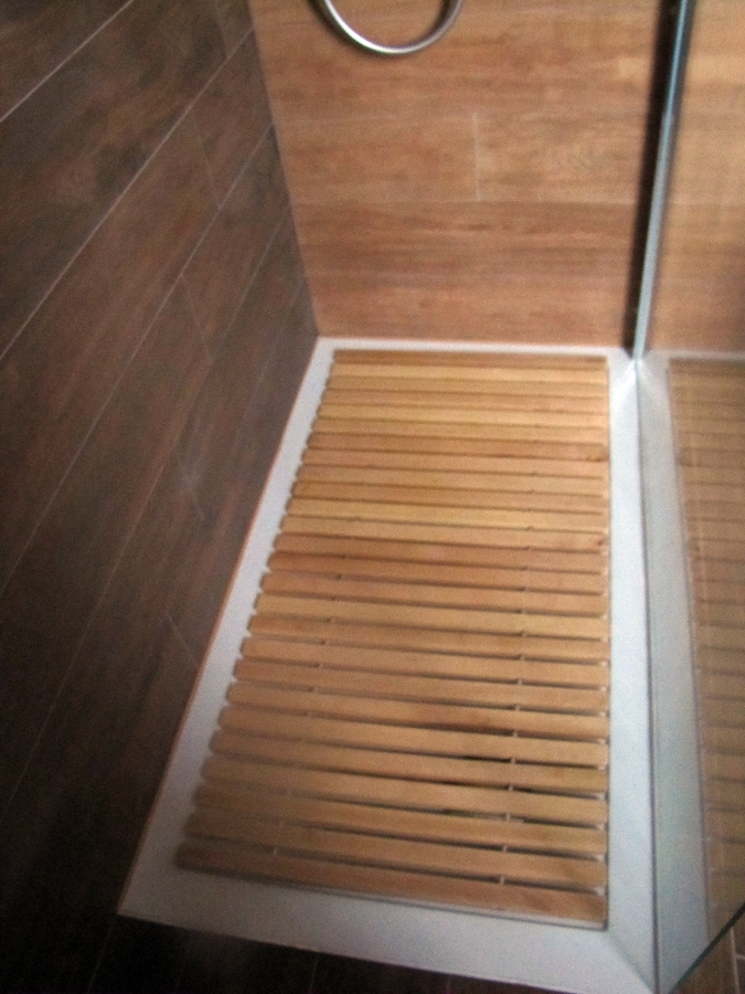 Foto piatto doccia filo pavimento con pedana in legno su - Piatto doccia a filo ...