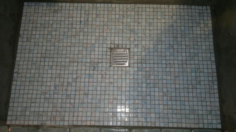 Foto piatto doccia mosaico di dedgjonaj armir 242679 habitissimo - Doccia a pavimento mosaico ...