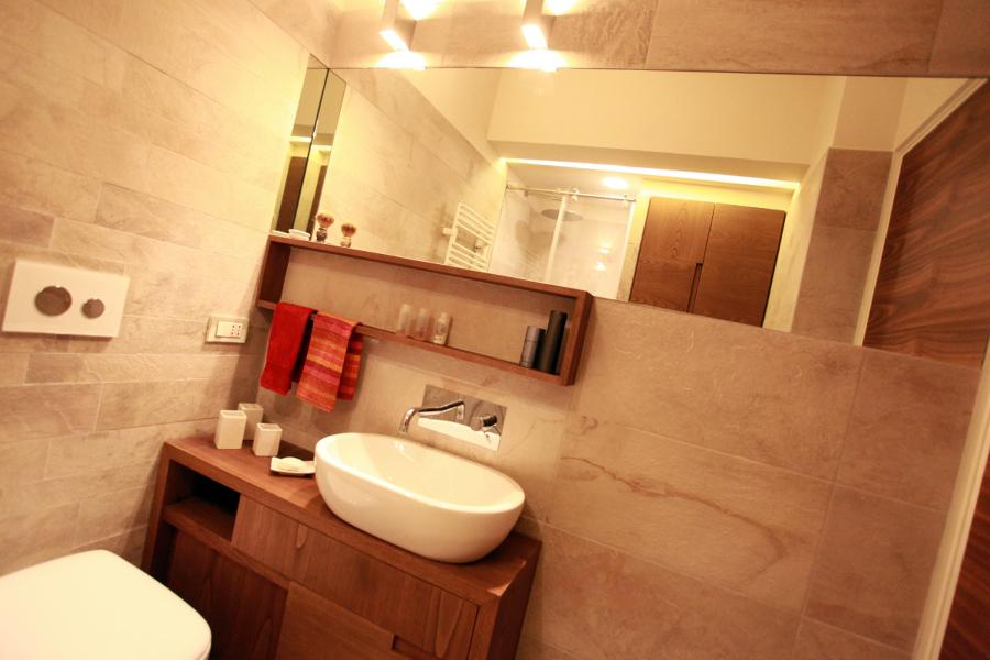 Foto piccolo appartamento bagno con mobili su misura de for Idea bagno trento