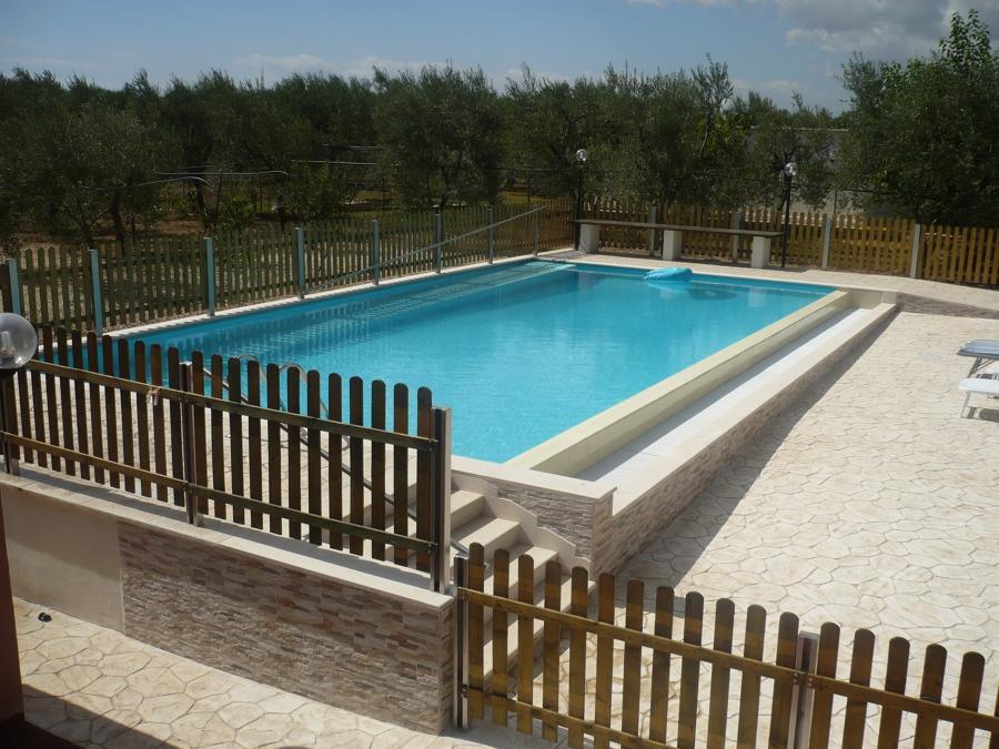 foto piscina 12 x 6 con bordo sfioro a cascata di acqua e