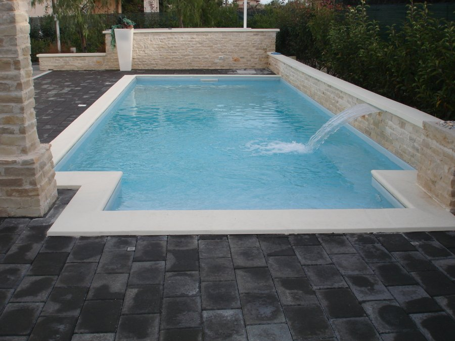Foto piscina 8 x 3 con scala rettangolare e lama d 39 acqua di acqua e piscine 237988 habitissimo - Fontana per piscina ...