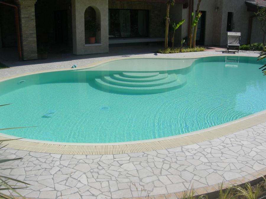 Foto piscina a forma libera bordo sfioratore spiaggia interna con scala tonda di bertoli - Bordo piscina prezzi ...