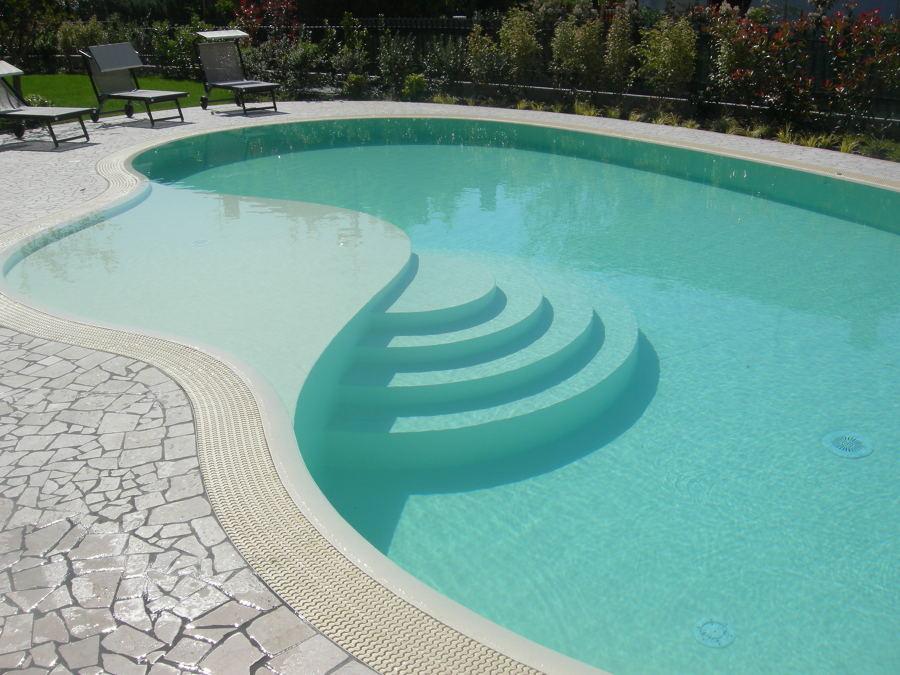 Foto piscina a forma libera bordo sfioratore spiaggia - Immagini di piscina ...