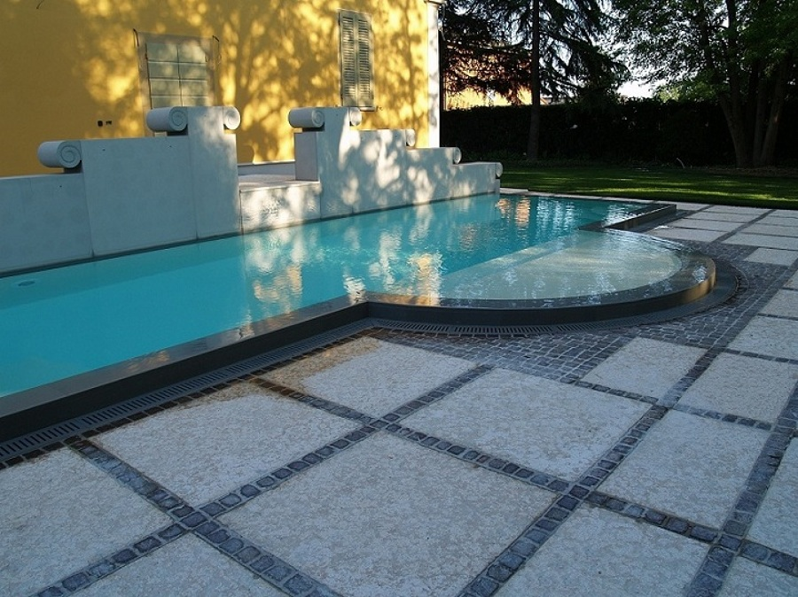 Foto piscina bordosfioro in cemento armato di bonati - Piscina cemento armato ...