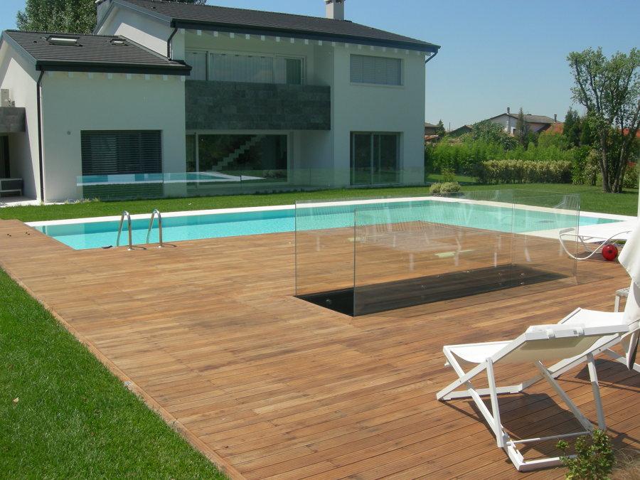 Foto piscina con bordo sfioratore su due lati - Pavimenti bordo piscina in legno ...