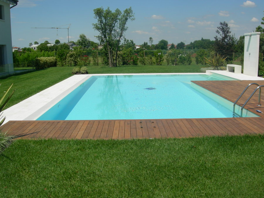 Foto piscina con bordo sfioratore su due lati pavimentazione in legno di bertoli piscine - Piscine da esterno in legno ...