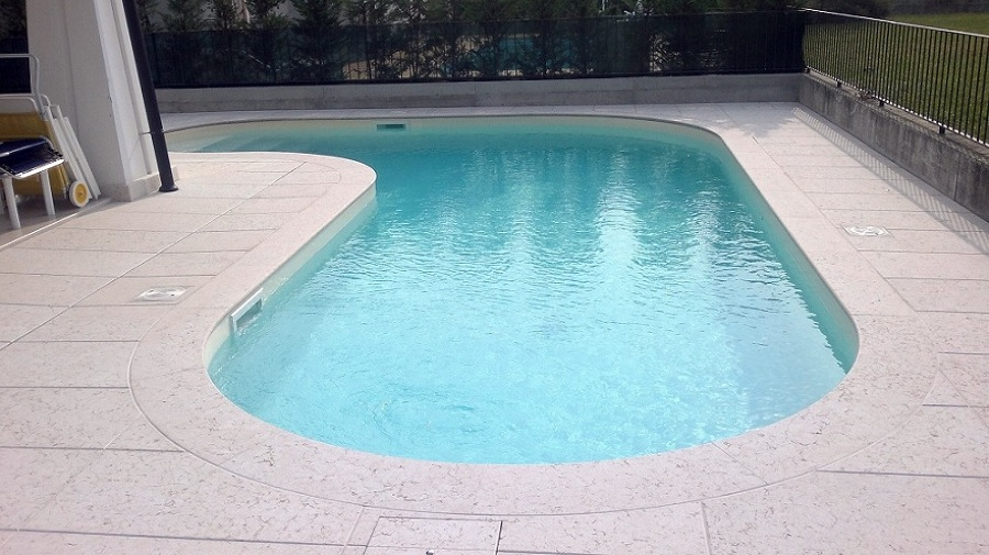 Foto piscina skimme in cemento armato forma libera di - Costruzione piscina in cemento armato ...