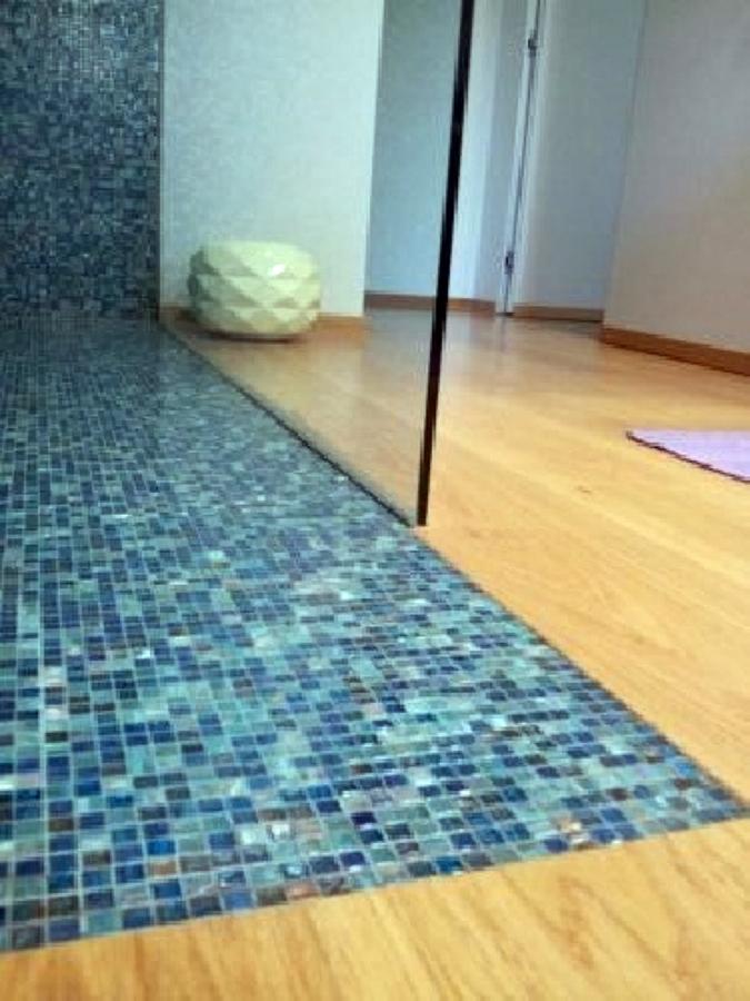 Foto plank 190 rovere spazzolato e bisazza norma 1 1 di - Parquet nel bagno ...