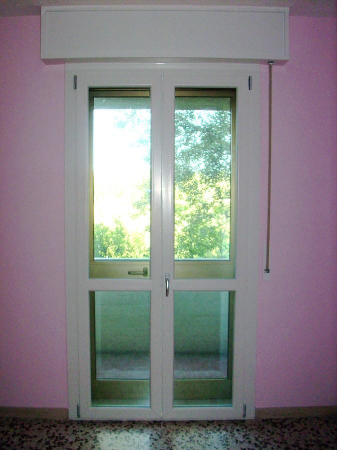 Foto porta balcone pvc de tecnomontaggi e manutenzioni for Porta finestra pvc