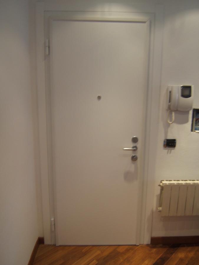 Foto porta blindata con telaio bianco di longoni for Telaio porta