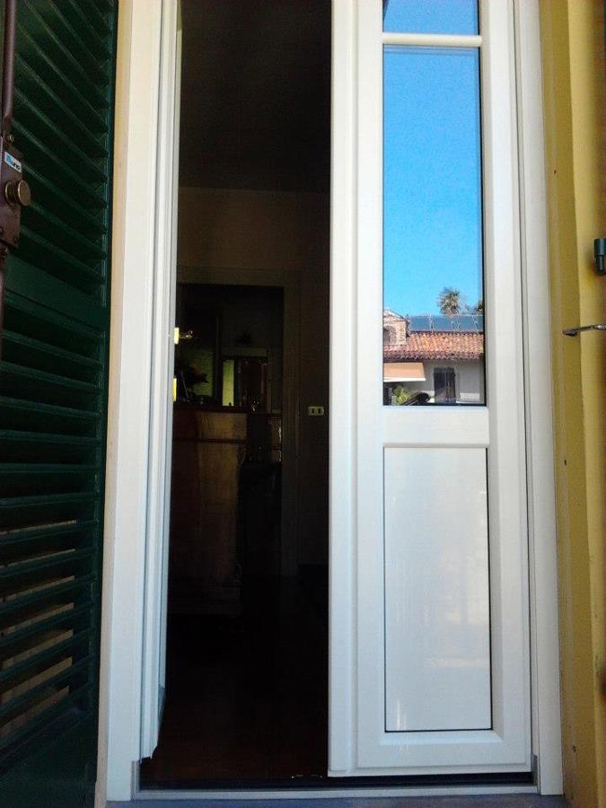 Foto porta finestra in pvc bianco e persiana in alluminio for Porta finestra pvc