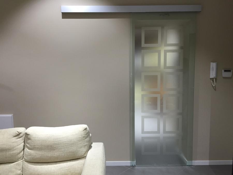Foto porta scorrevole in vetro satinato di vetri sud sas - Porta in vetro scorrevole ...