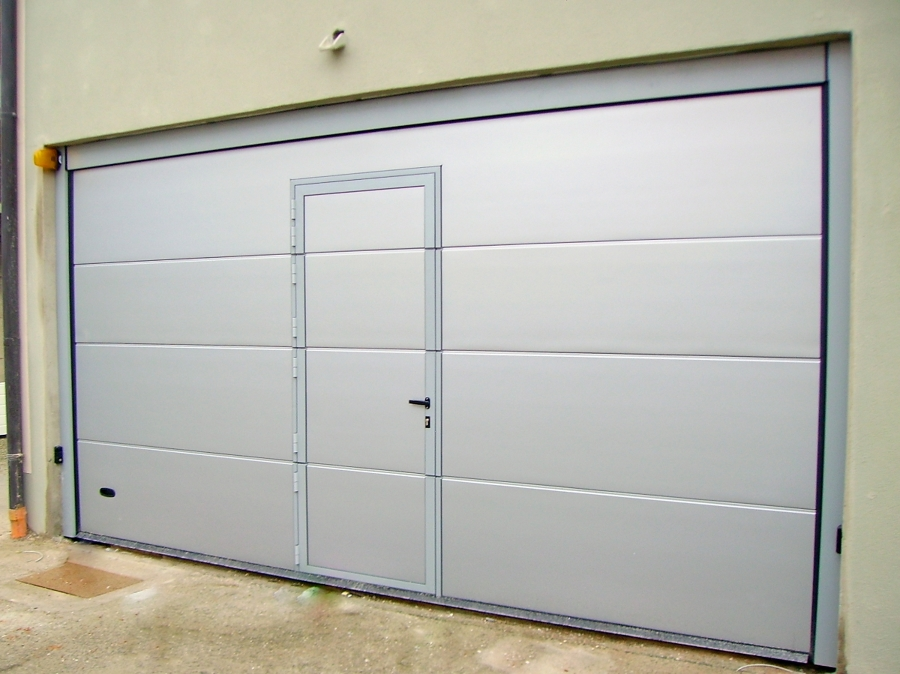 Foto porta sezionale con passo pedonale inserito di logiver chiusure industriali sas 65985 - Porta garage sezionale prezzi ...