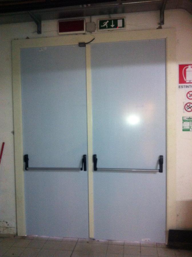 Foto porta taglia fuoco doppia anta di h al installazioni for Porta doppia anta