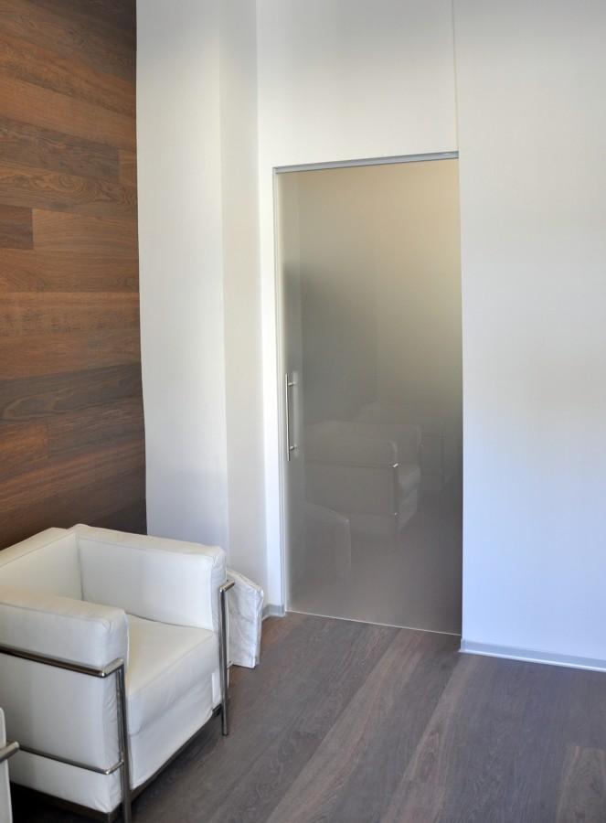Foto porta vetro scorrevole interno muro di mazzoli porte for Porte scorrevoli in vetro napoli