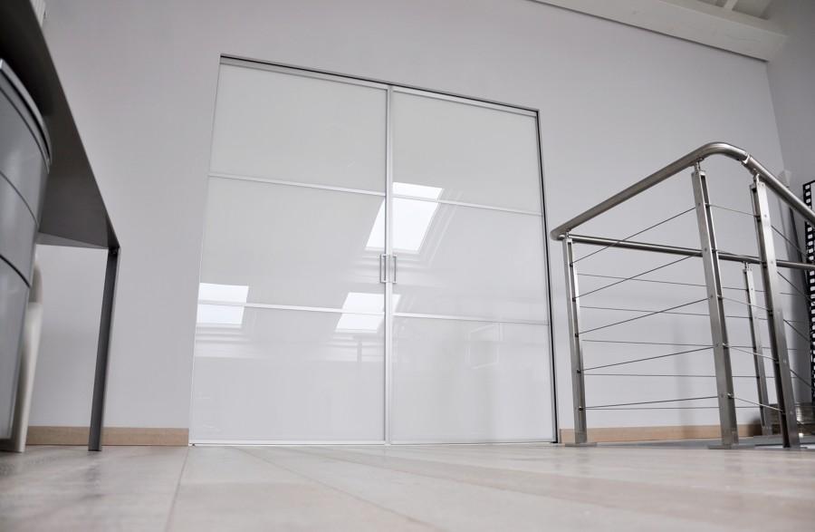 Doppia porta vetro alluminio Mitika su controtelaio a scomparsa scrigno essential