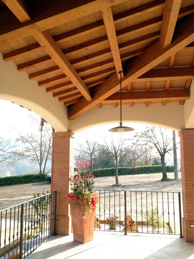 Foto portico in legno e tavelle di legno costruire di for Ville con portico in legno