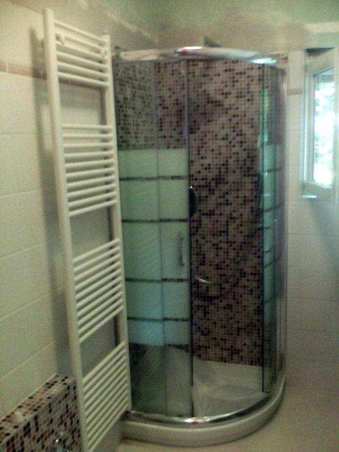 Doccia Mosaico Foto: Bagno con doccia in mosaico sotto finestra ristrutturazioni by.