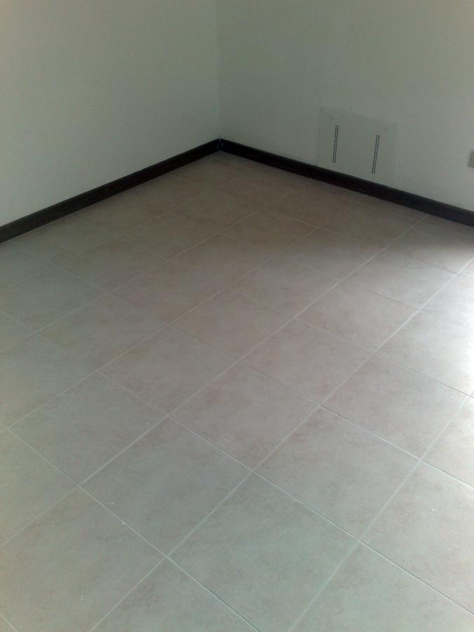 Foto posa in opera piastrelle a pavimento di impresa edile genova 52197 habitissimo - Posa piastrelle pavimento ...