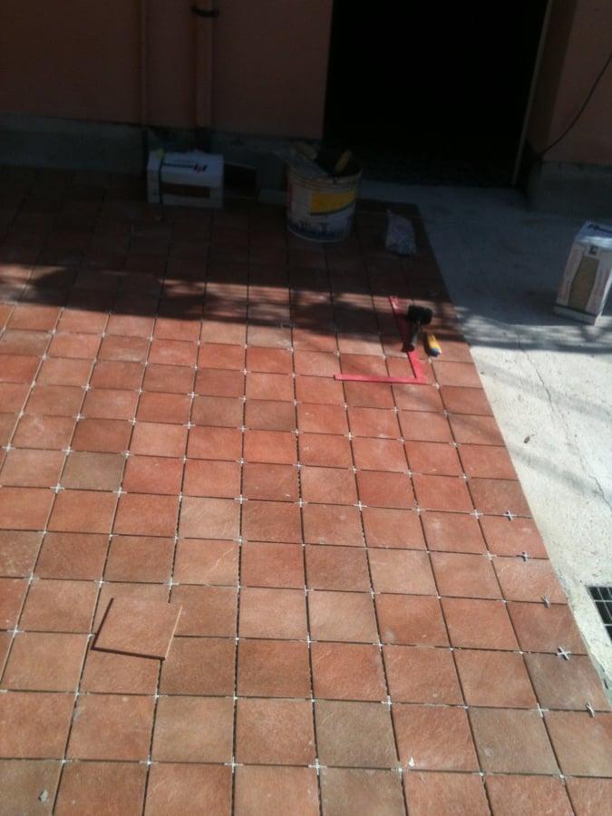 Foto posa pavimento in gres porcellanato da esterno di - Gres da esterno ...