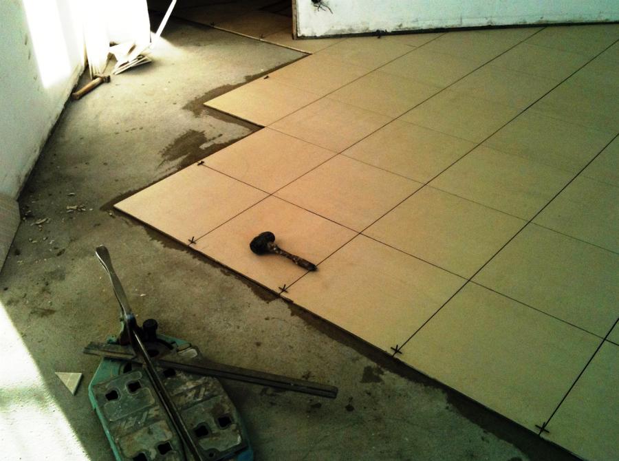 posa di piastrelle su pavimenti ceramiche refin il pavimento la