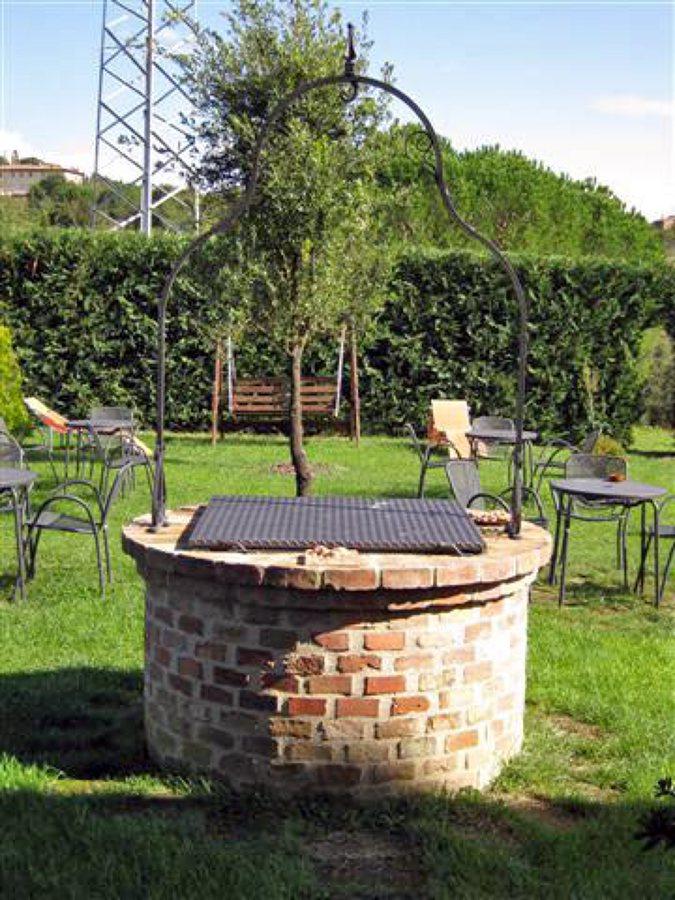 Foto pozzo in mattoni f v di edil global works di for Pozzi finti per giardino