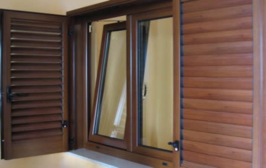 Foto pvc effetto legno noce 2 de solutions ser 218692 for Serramenti pvc legno