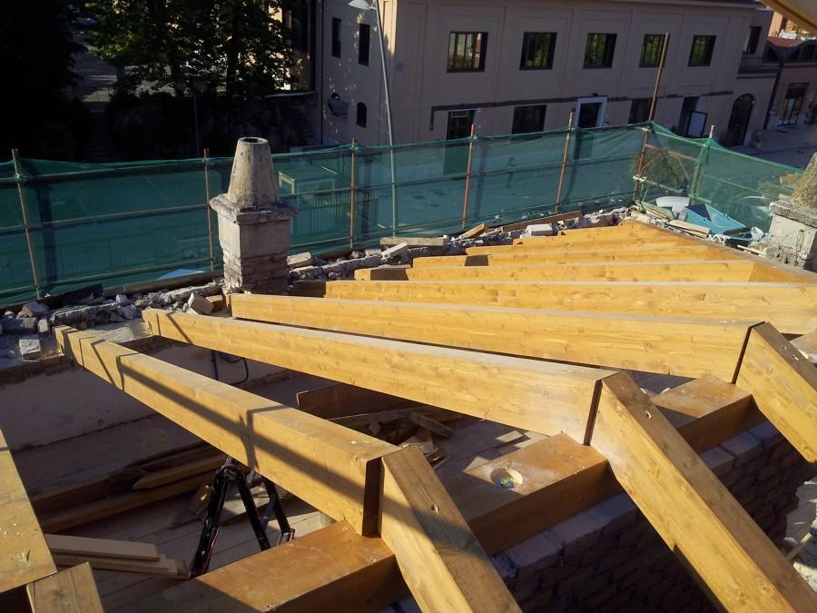Foto realizzazione copertura in legno di gardenia service - Tetto a falde inclinate ...