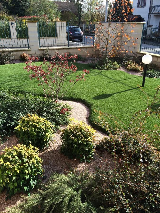 Foto realizzazione giardino con aiuole di azienda for Sassi finti per giardini