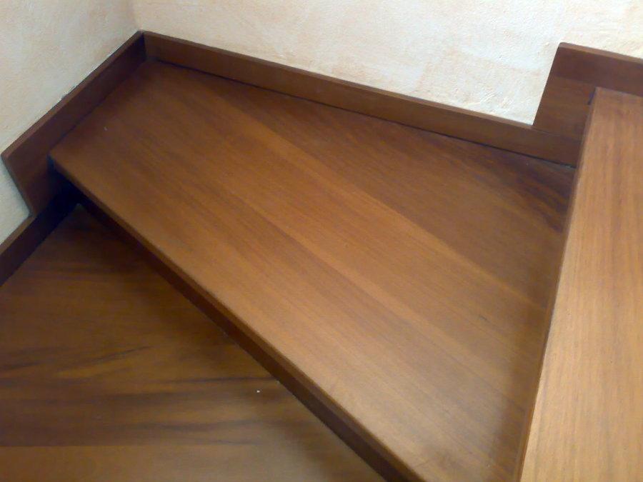 Ricopertura in legno di una scala in ferro