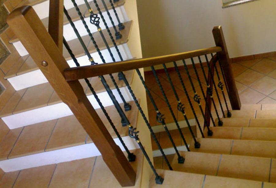 Foto ringhiera ferro battuto legno di artiscala 94024 for Corrimano in legno roma