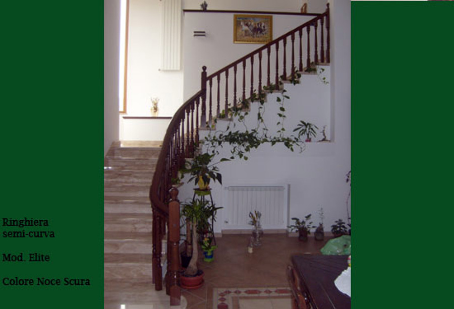 Foto ringhiera tornita in legno con corrimano curvo de for Corrimano in legno roma