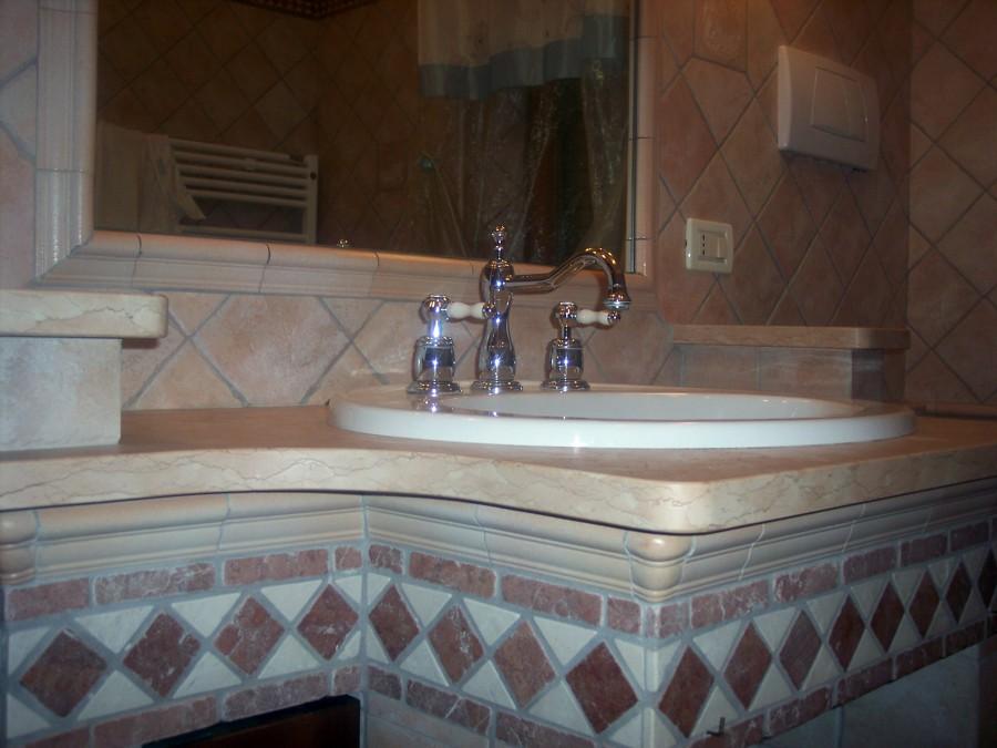 foto ristrutturazione bagno con lavabo in muratura di mengoni, Disegni interni