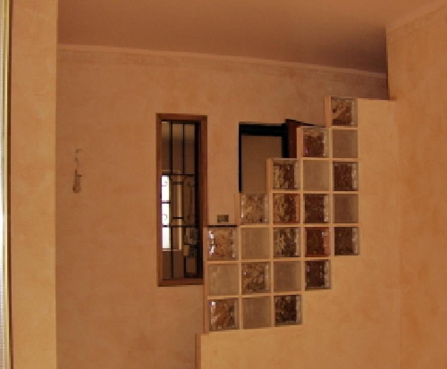 vetrocemento moderno apribile : Parete In Vetro Cemento Con Rifiniture In Cartongesso E Mensole Ad ...