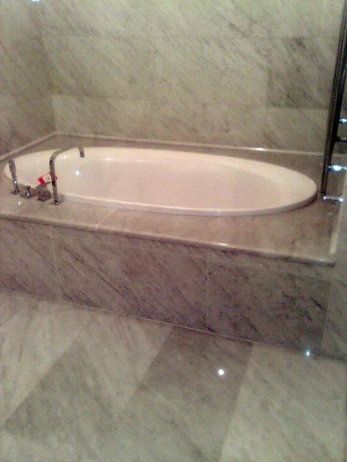 Foto rivestimento bagno in bianco carrara di emmenne di - Rivestimento bagno bianco ...