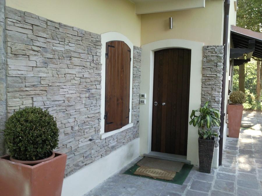 Foto rivestimento casa muro in pietra di superfici milano for Rivestimento in mattoni per case