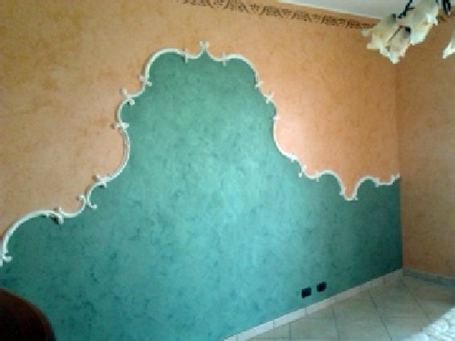 Foto rivestimento con cornici in gesso in una parete for Cornici in gesso per pareti prezzi