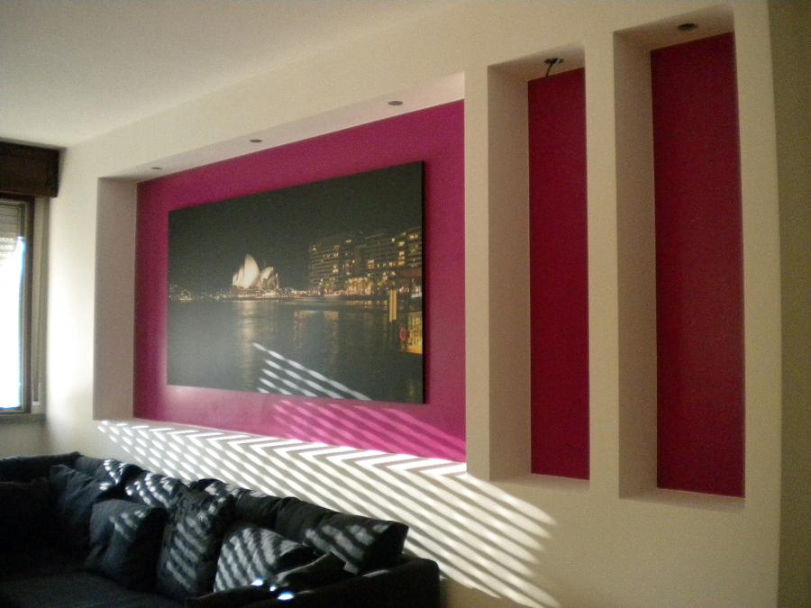 Foto rivestimento parete con nicchie e pilastri in for Parete attrezzata in cartongesso immagini