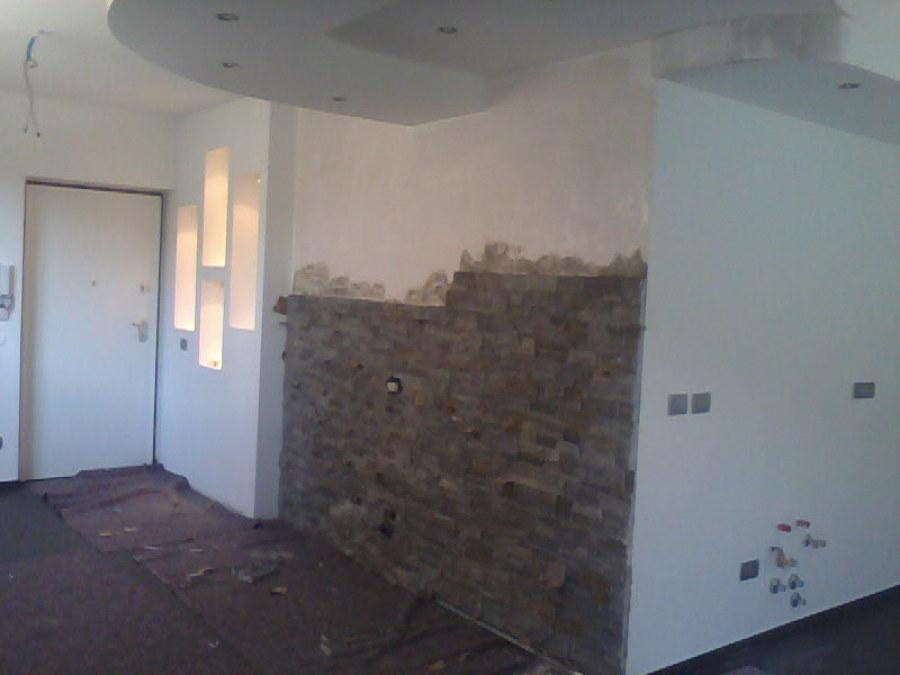 Foto rivestimento parete in pietra di decorgessi di sini - Camera da letto con parete in pietra ...