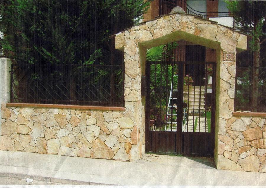 Foto rivestimento recinzione villa pietra spacco di trani for Costo per costruire pilastri di pietra